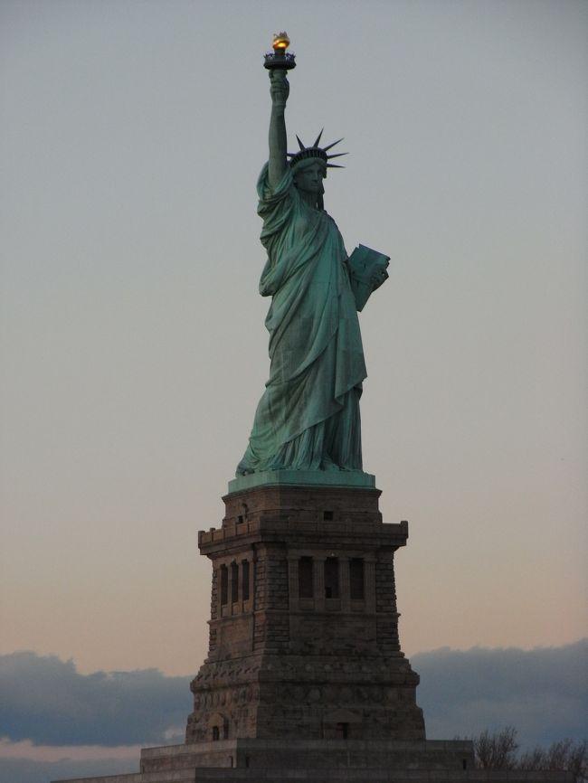 ★2007/12/30~2008/1/5★<br />~ NY&ナイアガラで年越しの旅!!5泊7日 ~<br /><br /><br />世界的に有名なカウントダウンスポットである<br />NYへ行く事に。<br /><br />NY行くなら、ナイアガラは外せない!!』<br /><br />って事で、大忙しの2都市周遊♪<br />ε=ヽ(' ▽')ノ<br /><br />さ、さささ、寒そう…<br />(; ̄w ̄)=3<br /><br />でもさ、NYのカウントダウンを体験デキるなんて<br />最高じゃーーーーーーーーん♪<br /><br />寒さなんて、フッ飛ばすぜぃ!!!<br />Σd(゜∇^d)<br /><br /><br />【旅行会社】R&Cツアーズ<br />【手配時期】07年9月上旬<br />【燃料サーチャージ】¥34000位<br />【レート】1$=110前後<br />【ホテル】NY:クラウンプラザホテル タイムズスクエア マンハッタン<br />http://www.ichotelsgroup.com/h/d/6c/490/ja/hd/nycmh<br />ナイアガラ:シェラトン オン ザ フォールズ ホテル<br />http://www.starwoodhotels.com/sheraton/property/overview/index.html?propertyID=1330<br />【参考サイト】オフ・オフ ニューヨークツアーズ<br />http://www.offoffny.com/