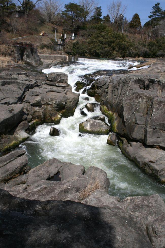 <<九州縦断2200Kmの車旅>><br /><br />●曽木の滝<br /> 曽木の滝は東洋のナイアガラと言われる滝で滝幅が210m、落差が12mあります。<br /> 滝の下流1.5Kmにはレンガ造りの曽木水力発電所跡がダム湖に残っています。<br /><br />【巡航県経路】<br /> 広島→山口→福岡→大分→宮崎→熊本→鹿児島→宮崎→熊本→大分→福岡→山口→広島<br /><br />【手記】<br /> 3月9日:早朝5時20分旅立。<br /> 3月12日:深夜11時20分帰宅。<br /> 3泊4日:車中泊2日・Bホテル1泊。<br /> 総走行距離数:車移動2197Km。<br /> 今回の訪問観光地:40箇所くらいでしょうか。<br /> 写真枚数:1207枚。<br /><br /> ※旅行記を仕上げるのも相当疲れそうです・・・。<br />    まだまだ続きますσ(^_^;)アセアセ... <br />