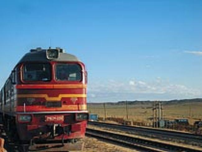 ザミンウデ駅<br />ウランバートルから夜行列車で11〜15時間。鉄道が敷設された1956年に造られた国境の町。モンゴル語で「道の扉」を意味します。晴れた日には中国側国境の町を遠くに見ることもできる、砂漠に現れたオアシスのような町です。<br />
