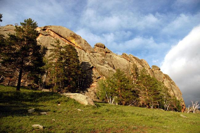 アルハンガイ県について<br />モンゴル中央部、ハンガイ山脈の北側に位置するアルハンガイ・アイマグ(県)は、モンゴル最初に制定されたアイマグとして知られる歴史のある地域で、これまでに多くの著名人を輩出してきました。<br /> アルハンガイ県は、酪農が盛んなモンゴル国の中でも最もそれらが盛んな地域のひとつで、さまざまなツァガ−ン・イデ(伝統的な酪農製品)が現在にも伝承されています。<br />また、伝統医療の一環で利用されてきた温泉や泉、草原を彩る鮮やかな花々、おいしい果実、多くの種類の野生動物・鳥や川魚、そして鉱物資源などが豊富にある天然資源・資産に恵まれた大地です。1923年、アルハンガイ県はモンゴル国で最初の4アイマグ(県)のうちの1アイマグとして制定されました。<br /> 現在は総面積55,000K?。県内には19のソム(アイマグの次位行政体)、99のバグ(ソムの次位行政体)があり、約24,000世帯・99,000人ほどが居住しています。<br />県庁所在地はツェツェルレグ市で人口は約18,519人、首都のウランバートル市からは、中央国道を経由し約450km西に位置しています。『北に麗しアルハンガイあり』といわれるアルハンガイ県は、モンゴル国内でも最も美しい場所のひとつとして知られている地域です。一度訪れた人は再び、まだ訪れてない人には、一度は行きたい場所として知られています。モンゴルのスイスなどと呼ぶ人もあるほどです。<br /> モンゴル国のほぼ中心、ハンガイ山脈の北側に位置し、平均海抜は2000mを超え、最高地点はハルラグタイン・サルダグの3,514m、最低地点は東部の世界遺産リストにも登録されているオルホン川やタミル川流域の1,290mです。高い山々、広い草原、県の15%を占める美しい森たち。青い空のもと穏やかにある188の湖沼、緩やかにそして豊かに流れる800を越える河川、1700種類以上の色とりどりの花々においしい果物、さらには多くの野生動物。そして60を越える温泉や冷泉・・・。アルハンガイ県にはこれらのすべてがあります。<br />野生動物には、野ひつじ(アルガル)、野ヤギ(オゴルツ)、山猫(シルース)、野生ジカ(ブカ(雄)・ソゴー(雌))、野生タ(ガハイ)、オオカミ(チョノ)、キツネ(ウネグ)、リス(へレム)、タラバガン、野ウサギ(チャンダガ)等が、鳥類には、七面鳥(ジグールトヌードゥ)、ハゲワシ(ホイログ)、ワシ(ブルゲド)、ハクチョウ(フン)、コンドル(ヨル)、フクロウ(トンシュール)、オオタカ(タス)、ライチョウ、キツツキ 等々約300種類が、河川や湖沼には、多くのモンゴル固有種を含む40種類程度の魚類が生息しています。樹木は、スギ(フシ)、シラカバ(フス)、ハルモド、ニレノキ(ハイラス)、ポプラ(ウリアス)、ヤナギ(ボルガス)、サクラの一種(ヤラガイ)等々50種類以上が、果実はブルーベリー(ウヒリンヌド(牛の目))、グズベリー(ハド)、クランベリー(アニス)、松のみ(サマル)等々が自生しています。火山爆発の跡である美しいホルゴ、水鳥たちの聖地でありラムサール条約に登録されるテルヒン・ツァガン・ノールやウギ・ノールといった湖、山に挟まれた広大な草原、万年雪に覆われ近隣の5アイマグが望めるスワラガ・ハイルハン等々美しい自然が数え切れないほどあります。<br />アルハンガイへのアクセス<br />首都ウランバートルから県都ツェツェルレグ市までは西方へ約480km。バス(定時制)とタクシー(定員制)が毎日運行されていますが、<br /> 多くの旅行者は旅行会社等を通して、チャーター車を利用しているようです。<br />ウランバートル市西部のソンギノハイルハン地区にあるバスターミナル(アフトボクザル)から毎朝8時に出発しています。所要時間は約10時間で途中ボルガン県のラシャント村で昼食休憩が30分前後あります。チケットは前売り制となっており、前日の朝から同バスターミナルのチケット売り場で発券されます。空席があれば当日も乗車可能ですが、基本的には毎日満席で運行されています。車種はロシア製のPAZ3205で、定員は20名強です。日によっては荷棚のないバスもありますので荷物は足元や通路に満載されます。運行は運転士と車掌の二名ですが基本的にはモンゴル語でのサービスとなっています。時刻に寛容なモンゴルですが、このバスはとても定時性が保たれていて、2−3分の前後はありますが、毎朝ほぼ8時ちょうどに出発します。チケットには30分前の集合時刻が記載されていますので、この時刻を守られることをおすすめします。座席は指定席ですが車掌の判断で変更されることもあります。料金は片道10500MNTです。<br />ツェツェル