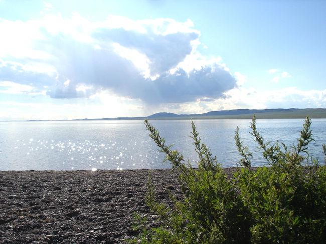 フブスグル湖<br />外国の観光客の中で、モンゴルのスイスと呼ばれているフブスグル県は山脈がそびえ立つち、清らかな川が流れ、草花が色とりどりに咲く清らかな空気のある県です。フブスグル県の北はロシアと接していて、1万平方キロの面積を有します。中央アジアで一番深い湖であるフブスグル湖に因んで名づけられたこの地方にはエルヘル、アチマグ、ツェンゲルなどの湖や海抜3500メートルに立ち並ぶブレンハーン、ホリドル・サルディグ、ソヨンと言った山々などでもよく知られています。この県の森林資源は国内で第1に当たりますが、1人当たり5千平方メートルにも及びます。ここには冷泉や温泉などの鉱泉もたくさんあります。森林にはカラマツ、ヒマラヤすぎ、えぞまつ、松、モミなどがありますが、カラマツの高さは40メートルぐらいの高さのものまであります。また、薬草もたくさん生えています。動物では、鹿、へラジカ、野生の山羊、野生の羊、クロテン、ビーバーなどの珍しい動物のほか、キツネ、狼、熊、リス、スカンクと言った動物も生息しています。鳥ではコンドル、ワシ、きつつきなどが生息しています。フブスグル県の自然資源も豊富です。良質の石炭、宝石、ヒスイ、推奨、建築材料としての灰石や大理石も数多く採掘されています。フブスグル湖は国内で一番大きな湖で79%が100メートル以上の深さです。この湖はとてもきれいで有機物質も少なく、湖の底には酸素もおおいです。湖は小川のように澄んでいて10メートルにも生息する魚も見ることが出来ます。ここには、捕集用の10種の魚が生息しています。あらゆる山脈からを源流とした100ほどの川がこの湖にたどり着き、ここからさらにエギという河川となり、セレンゲ川と一緒になりバイガル湖に注ぎます。フブスグル湖は11月の下旬ごろ凍り始め、1メートルから1.5メートルの厚い氷に覆われます。フブスグル県の人口はウランバートル市に次いでの人口を有します。全人口は11万6千人で、行政区は24郡からなります。県庁所在地はムルン市で、ウランバートル市から692キロ離れる所にあります。フブスグル県はフブスグル湖をメインにした観光やインフラを目指して発展しています。<br />ハンフからハトガルの石油の湖上輸送は禁止されたものの、冬に凍結した湖面を走るタンク・ローリーによる石油輸送は続いている。氷が割れてタンク・ローリーが湖に沈む事故も少なくない。また湖の西岸に眠るリン鉱石の採掘も続いている。フブスグルの青はいつまで保全できるのだろうか。さて、この湖の近くのハトガルという町で、過去30年間、気象データが計測されています。この地域の気温上昇は1年間に約0.05℃で、赤線で示した彦根の気温上昇(年間約0.027℃上昇)の約2倍になっています。この湖を訪れるには、ウランバートルから小さな飛行機でムルンという町まで飛びます。この町から、ジープで3時間くらいかけて道なき道を北に走ります。<br />