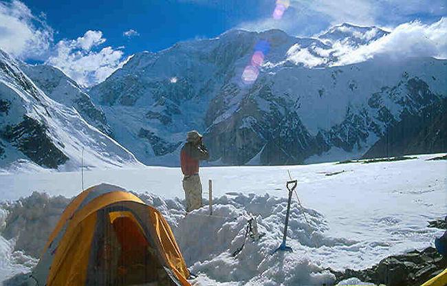 オトゴンテンゲル山<br />オトゴンテンゲル山は開発4,021mです。<br />モンゴル中央部、首都ウランバートルから南西約1,000kmに位置するハンガイ山脈の最高峰です。モンゴル人の信仰の対象となっており、山頂は万年雪を頂く独立峰。キャンプ周辺にはエーデルワイス、ヤナギランなどの高山植物の宝庫となっています。ベースキャンプから山頂まで標高差約1,500m。なだらかな草原地帯を進み、様々な種類の高山植物もお楽しみ頂けます。基礎体力と基礎的なアイゼン、ピッケルワークは必要です。<br />オトゴンテンゲル山はモンゴルでは最も有名な山で、日本の富士山のようにモンゴルの人たちの心のよりどころとなっています。昔から歌や詩にも登場してきたオトゴンテンゲル山は、現在はモンゴルの紙幣(100トゥグリグ札など)の裏面 にも印刷されています。多くのモンゴル人が憧れと畏敬の念を抱く霊峰オトゴンテンゲル。 山が位置するハンガイ山脈一帯には、足を止めて写真を撮りたくなるような場所がたくさんあります。<br />モンゴル国最低気温-52.9度は1969年に同県で記録されたものである。県東南部に位置するハンガイ山脈の最高峰オトゴン・テンゲル山は草原にそびえ、日本人にとっての富士山のように親しまれている。<br />