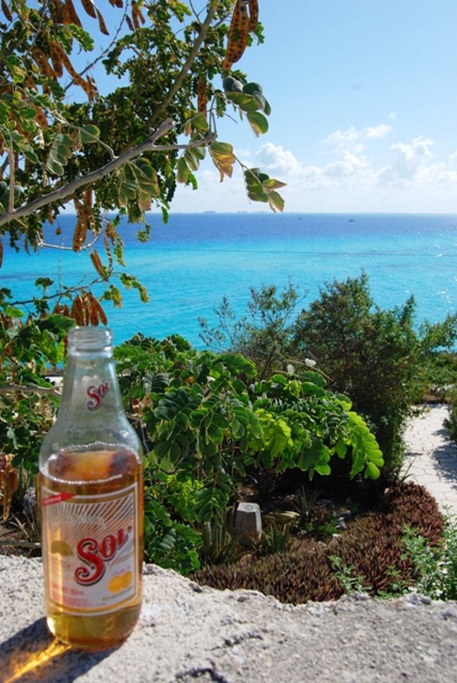 オプショナルツアーには参加せずに個人でイスラ・ムヘーレス島に行ってきました。行き方はカンクンのダウンタウンの外れにあるプエルト・ファーレスと言う場所から定期フェリーに乗船、カリブ海の海の色に感動しているうちにアッという間に着いちゃいます。島内ではゴルフカートをレンタルして島を探索しました。今回、訪れた場所はヴィラ・ロランディと言うホテル。しかし泊まったわけではなくホテル内のイタリアン・レストランで優雅に昼食。テラスからのカリブ海の眺めは最高です。このホテルのお隣はイルカと一緒に泳げるドルフィン・ディスカバリーです。昼食後はまたゴルフカートを運転して島の最南端、プンタ・スール。<br />ここではまたカリブ海の絶景に釘付け・・・。そして素敵なガゼボがありました。こんな所で愛を語りたい・・・。イスラ・ムヘーレス島にはカンクンでは見ることの出来ないカリブの風景を楽しめます。カンクン滞在時には是非、予定の一つに考えてみては如何でしょうか?