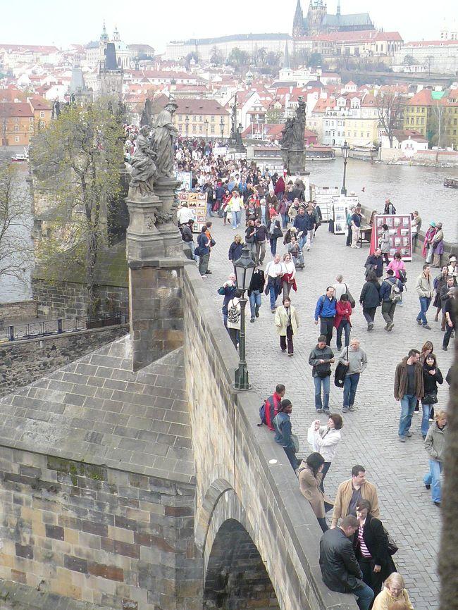 美しき町並みに出会う!中央ヨーロッパ14日間  <br /> ヨーロッパ  12泊 14日〜   <br />中央ヨーロッパの5カ国を巡る。 <br /><br />チェコ共和国の首都プラハです。世界遺産に登録されるだけあって、町全体に中世時代の雰囲気が色濃く残っています。また、町のそこかしこにドボルザーク&スメタナ(チェコ生まれ)や、プラハを4度訪れたというモーツァルトのコンサートの張り紙がありました。聖ヴィート大聖堂は、プラハ城内で最大のみどころです。10世紀に円形塔があった場所にカレル4世によって14世紀に聖堂が建てられた。完成したのは1929年で6つの礼拝堂の左一番奥の礼拝堂窓のガラス絵「聖キリルと聖メトディウス」はアルフォンス・ミューシャの傑作。この私の好きなミュシャは、チェコ出身で、プラハ城内の聖ヴィート教会に彼のステンドグラスが数点あります。プラハは歴史と芸術の都であり、タイムスリップしたような錯覚に陥る素敵なところでした。プラハ城の門の前には、衛兵が直立不動で立っている。冬には厚いコートに身を包み長い間立っていて身動きひとつせずにまっすぐと前を見たまま。城内の敷地は広大で宮殿、教会、修道院などが建てられている。聖ビート教会は塔の高さ99m、内部の幅60m、奥行き124mもありプラハのゴシック建築の代表でもある。<br /><br />◆世界遺産は合計10箇所へ。 <br />◆ドイツでは戦後ドイツを分断していたベルリンの壁やポツダム観光、旧ザクセン王国の首都ドレスデンの見所観光!さらにマイセン焼博物館も観光。 <br />◆サウンド・オブ・ミュージックの世界が広がる美しい湖水地方【ザルツカンマーグート観光】に観光。 <br />◆中世の雰囲気漂うドナウ河上流のドナウベント観光では「センテンドレ」へ。スロバキアの中世の香り漂う古都「ブラチスラバ」へ観光。 <br />◆ベルリン・ザルツブルク・ウイーン・ブダペストなど、それぞれ2連泊しての観光もお楽しむ。<br /><br />1日目.  関西空港発 ベルリン着 <br /> 関西空港発「アリタリア航空」にてミラノへ。乗り継ぎ、ベルリンへ。  <br /> ベルリンへ 夜/到着後、ホテルへ <br /><br />2日目.食事(朝:アメリカン) 【世界遺産ベルリン観光】(約4時間) <br />  ★戦後ドイツを分断していた ベルリンの壁、古代ギリシャ遺跡を再現した☆ペルガモン博物館、★ブランデンブルク門、 高さ114?の ベルガモン博物館。<br />  昼食 ソーセージ料理 レストランにて昼食後、<br />  ポツダムへ。 <br />  【ポツダム観光】(約2時間) <br />  (1945年にポツダム会談が行なわれた☆ツェツェリンホフ宮殿、★サンスーシー宮殿) <br />  【※注】ツェツェリンホフ宮殿が予約方の際にはサンスーシー宮殿またはサンスーシー新宮殿に入場観光。<br /> 再びベルリンへ。宿泊:(ベルリン泊)  <br /><br />3日目 食事(朝:アメリカン)  ベルリン発 バッハの故郷ライプチヒへ<br /> 途中 デッサウの世界遺産 バウハウスを見学<br /> ライプチヒ 12:00/レストランにて昼食。<br />  バッハゆかりの 聖トーマス教会 ファサード 大時計が美しい旧庁舎 観光後、ドレスデンへ。<br /> 17:00/ホテル着。♪夕食はビーフ料理。宿泊:(ドレスデン泊)  <br /><br />4日目.食事(朝:アメリカン)<br /> 【ドレスデン観光】(約3時間) <br />  (エルベ河畔にたたずむバロック式の宮殿★ツヴィンガー宮殿、ワーグナーで有名な★ゼンパーオペラ、★劇場広場) <br /> 12:00/【マイセン観光】(約1時間) (☆マイセン磁器の博物館) 宿泊:(ドレスデン泊)   <br /><br />5日目.食事(朝:アメリカン) ドレスデン発 プラハへ <br /> プラハ着  9:00/バスにて「百塔の都」と称された街プラハへ。 <br /> プラハ到着後、昼:チキン料理。 <br /> 午後/【世界遺産プラハ歴史地区観光】(約4時間) <br /> 丘のうえにある☆プラハ城ではミュシャのステンドグラスのある☆聖ビート教会、プラハ最古の石橋★カレル橋、中性の町並みを残す★旧市街。 <br /> 17:30/ホテル着。 <br /> 19:00/ <br /> ♪夕食はプラハ最古のビアレストラン「ウ・フレク」にて郷土料理。チェコ名物黒ビール飲み放題(約60分)。 宿泊:(プラハ泊)   <br /> <br /><br />6日目.食事(朝:アメリカン)プラハ発 クトナーホラへ<br /