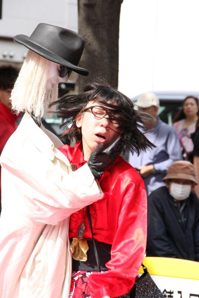雨は止みましたが、強風の吹き荒れる中、横浜・伊勢佐木町で行われた大道芸を楽しんできました。<br />以前は、野毛の大道芸として知られていましたが、今回は伊勢佐木町商店街で行われていました。<br /><br />その後、「よこはま花と緑のスプリング・フェア 2008」にも足を伸ばしてきました。<br /><br /><br />