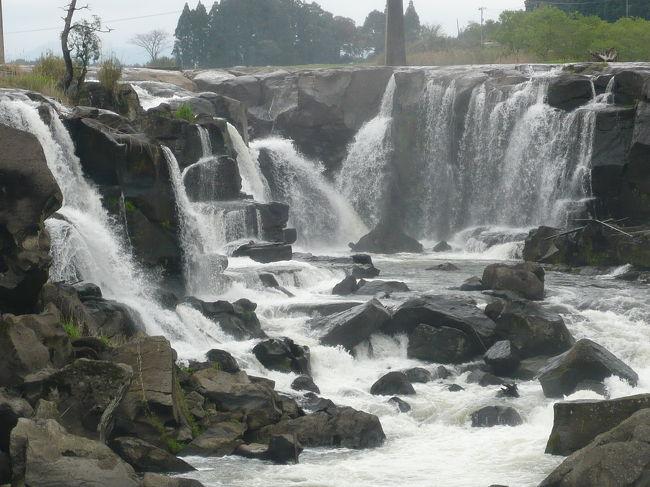 KNTのツアーで超格安ツアーを見つけてしまったので、「これは行かなくては...」とwifeの両親を誘って春の南九州をレンタカーで2泊3日でまわってきました。<br />往復のエアー・2泊2朝食・3日間のレンタカーが付いて、@32,000円という破格値です。<br />日本の滝百選2ヶ所(龍門滝・関之尾滝)を含む周辺の滝めぐりをして、霧島&指宿の温泉に入ってきました。<br />出発時の伊丹空港は強い雨、初日の鹿児島は曇りでしたが、2日目と3日目は快晴のお天気だったので、滝はもちろん、山々の風景もたっぷり堪能することができました。<br /><br />《その3》は、鹿児島県大口市にある「曽木の滝」編です。<br />「曽木の滝」は、川内川の中流にかかる、『東洋のナイアガラ』とも呼ばれている滝です。