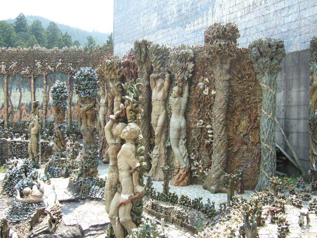 飯高町の波瀬にある虹の泉に行ってきました。<br />虹の泉とは、陶芸作家の東(あずま)健次氏が1979年から25年間作り続けている陶芸作品です。(パンフレットより)<br />話には聞いていて何度か前を通ったことはあるけど、実際に見たのは初めてでした。<br />見たことはないけど、フランスのシュバルの理想宮とかアメリカのコーラルキャッスルとかはこんな感じなんでしょうかねぇ・・・。(・_・ゞ<br />それらを造ったのは芸術家じゃないけど。(・_・ゞ<br /><br />虹の泉紹介HP<br />http://b-spot.seesaa.net/article/31585994.html<br />http://b-spot.iza.ne.jp/blog/entry/338906/<br />http://www.nakamurahideto.com/nijinoizumi/Niji-top.htm