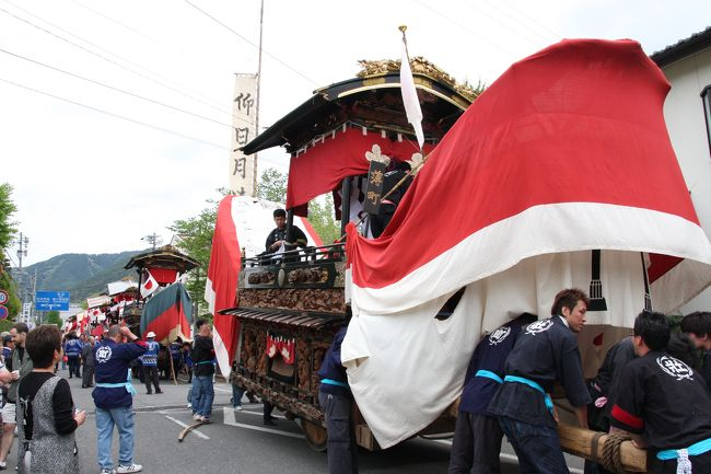 GW後半、松本市里山辺にある須々岐水(すすきがわ)神社の例大祭「お船祭り」を見に行きました。<br />このお祭りは、江戸時代末期(享保〜天保年間)に、9地区でお船が造られ、五穀豊穣・子孫繁栄などを願うお祭りとして現在まで続けられています。<br />5月5日、各町会自慢の絢爛豪華なお船9艘が、須々岐水神社の鳥居を潜り、境内に引き入れられます。<br />昼食後、お船はお祓いを受け、各町会へ戻ります。<br />北アルプスの山並みを望む山里に、何故、船型の山車が曳かれるのか、不思議ですね。<br /><br />お船の老朽化が進み、維持するのは大変なことだと思いますが、後世に引き継いでいって欲しいものです。<br /><br />*** Wikipediaの「里山辺お船祭り」に写真を提供しています ***
