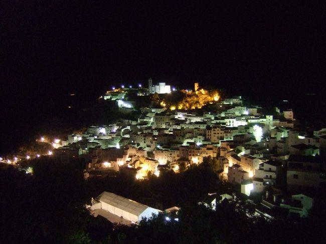 アルコスで至福のときを過ごし、ホテルまでの岐路の途中にカサレスへ立ち寄りました。<br />夜の白い家並みも大変素敵でした♪
