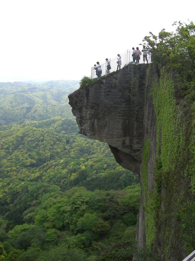 この写真を見る限り、バンジージャンプ台か自殺の名所といった感じである。<br /><br />これが鋸山の見どころの『地獄のぞき』<br />あなたは切り立ったこの崖の上から下を覗くことができますか?<br /><br />予想以上に足が竦みました。<br />気分が悪くなって座り込む人もチラホラ。<br />でもこれよりなにより地獄は他に待っていた・・・・・・。<br /><br />予想もしなかった筋肉痛と痙攣(笑)