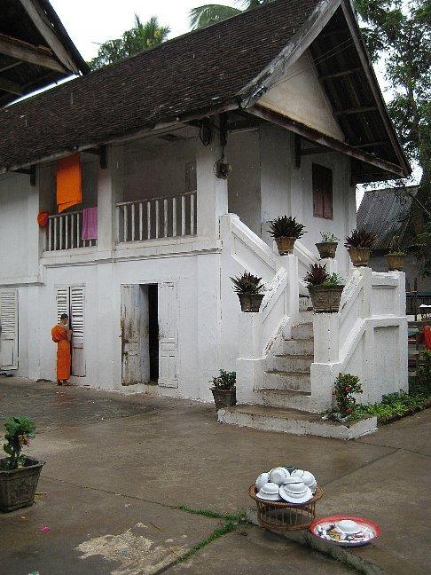 ●「いい町一人旅」ルアンプラバン/ラオス(2008.4/24-5/3 <br />   <br /> ここはラオスの北部 LuangPrabang という小さな町である。十数年前に町全体が世界遺産に指定され、最近は世界中から旅行者が集まってくる。多くのゲストハウスが建てられており、女性の一人旅も目立つ。<br /> すぐ町の隣には東南アジア最大のメコン川が流れ、中国雲南省からミャンマー、タイの国境沿いを、そしてラオスを南北に貫き、カンボジア、ベトナムを経て南シナ海へと流れ込む。町の中央にプーシー山という小高い山を中心に、町のいたるところに多くの寺院が存在する。そして早朝の托鉢僧がこの街を有名にしているようだ。<br /><br /> 4/24 11:00ベトナム航空にてハノイへ。約6時間後(時差2時間)ハノイ空港着。約3.5時間の接続待ちでルアンプラバン(以下LPQ)へ。双発のエアークラフト機には客が10人ほど。約40分のフライト。着いてみると銀行はすでに閉まっており、まずタクシー券を買い(US6$)、ダウンタウンへ。約15分後、予約しておいたプーシーホテルへチェックイン。ホテルは2日前、電話で予約してある。55$朝食付き。<br /> さっそく通りに出てみると、そこはナイトバザールになっており、買い物客で一杯である。ホテルも町もポカラ以来の久しぶりにいい感じである。両替屋を見つけ、チェンジ。10$=8650kip(1円=<br />82kip、1000kip=約13円)。バザールはシルクや人形などさまざまな小物でいっぱい。果物屋も屋台もすべてが面白そうである。<br /><br /> 4/25 6:30起床、まずメコン川へあいさつ。その茶褐色に濁った流れは、思ったほど広くはないが以外に早い流れ。渇水期のせいもあるだろうが、あと3-4mは水位が上がる時もあるようだ。渡し舟が向こう岸からオートバイや自転車を積んでやってくる。また観光船や運搬船や釣り船など多くの船が停泊している。それらを見れば、やはりこの川は見た目よりずっと大きいのだろう。<br /> 一度、ホテルにも戻り朝食。整然と並んだテーブルでの朝食は、焼きたてのフランスパンとハム・ソーセージ&ベーコン、目玉焼き2個にライチが4個、それにコーヒー、ジュースと豪華である。壁には日本皇太子の弟君の写真もあリ、名門のホテルだったようだ。なんせ場所がいいし、敷地も広い。<br /><br /> 10:00プーシー山に登る。20階分ほどの階段。頂上からは町全体や、メコンや空港が見渡せる。この山の周りはすべて寺院がとり囲んでいるようだ。途中、仏陀の足跡を祭っている祠がある。<br /> 12:00メコン川辺の屋台で昼食。カオソイと焼きそば、パパイヤサラダとビアラオ(ラオスビール)で40,000kip=500円ほど。ここのカオソイは見かけによらずとてもおいしいのでその後何度も出かけることになる。<br /> 午後、まず昼寝、いつものパターンだ。夕方、明日からのゲストハウス(GH)を探しに出る。メコン近くのVilla・Champa、部屋数10部屋ほどで新築。ネットし放題、コーヒー飲み放題でUS30$の部屋に決める。2階の部屋のベランダから真下に朝の托鉢の行列が見える。デポジット10$を払い、ナイト・マーケットへ。<br /><br /> 4/26 7時起床 いつもどおりメコンへ朝のウォーキング。メコンはいつもの流れ、何の変わりようもない。幅300mX深さ2mX速さ1m/secで600t/secの水量ぐらいだろうか。<br /> 12時プーシーホテルチェックアウト。トクトクを7、000kipで交渉し、昨日予約したのVilla・Champaへ移動。あせって道を1本間違え、20分ウロウロ探し回るハメに。値切りすぎたようだ。<br /> 午後ツーリストに行き、明日のメコンクルーズを予約。パクウー洞窟まで往復5時間60,000kip。夕方ピザとビールで50,000kip。一人だとどうしても食べ過ぎてしまう。<br /><br /> 4/27 ゲストハウスはホテルとちがって玄関がない。靴は脱ぎっぱなしでロビー(リビング?)に上がる。部屋にはTVや電話はなく、シャワーもお湯と水が混じり合わないで出てくるが、エアコンがあり部屋は快適。細かい条件をつけなければ10$前後から泊まれるゲストハウスはいくらでもある。<br />ここ2日間少し歩きすぎたようで、踵に豆ができて痛い。カッターで水を抜き、バンドエイドを貼っておく。<br /> 近くのカフェで朝食。アメリカンのセットなら24~30,000kipでどの店でもOK。食後そのままスローボートに乗り込みパクウー洞窟へ。一行12名ほど。インドシナが4名、欧米人5名