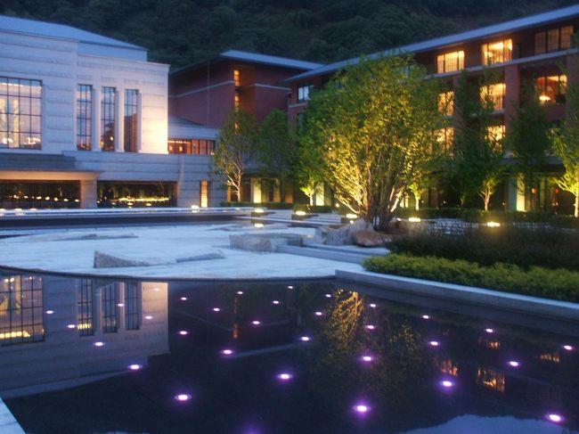 エクシブ京都八瀬離宮はガラスが多用され超近代的なデザインが目に付く。館内は黒をベースに所々にゴールドが散りばめ、高級感を演出している。じっくり離宮探検をしてみるのも楽しい。<br /><br />私のホームページ『第二の人生を豊かに―ライター舟橋栄二のホームページ―』に旅行記多数あり。<br />http://www.e-funahashi.jp/<br /><br />