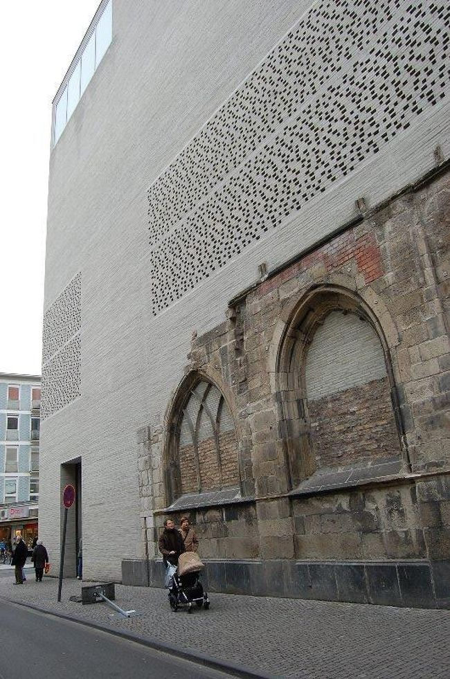 2007年ケルンの大司教の新しい美術館です。この美術館もスイス人建築家ペーター・ズントーの設計によるものです。<br /><br />第二次大戦で破壊された教会の廃墟に、その後建て直された教会とローマの遺跡に美術館という、機能と歴史を融合させた画期的建築です。新しい美術館は現代美術から中世の宝物まで色々な時代の作品が、ストイックな空間に展示されています。<br /><br />場所はケルン大聖堂のもう少し南西方向へ7〜8分歩いた、賑やかなショッピングゾーンを一歩入ったあたりなので、教会を見た後にお勧めです。<br /><br />入場料5ユーロ 火曜休 12:00〜17:00<br />詳しくはHP<br />http://www.kolumba.de/?language=eng