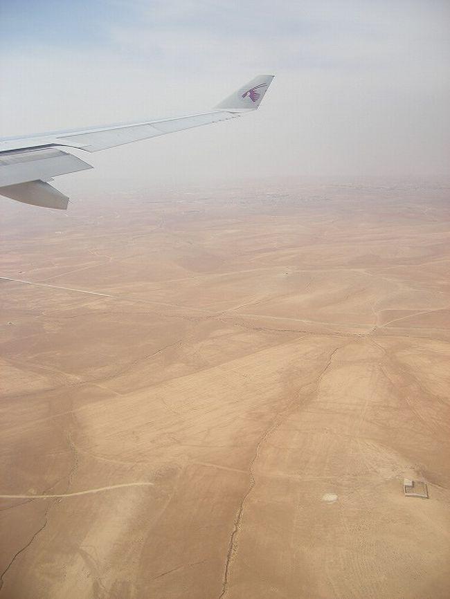 ヨルダンに6泊8日で行って来ました。<br /><br />なぜヨルダンに行くことになったのか…最初は特にこれといった理由はありませんでした。一昨年はペルーに行き、去年はアフリカに行き、じゃあ今年は中東にでも行ってみようか、というぐらいの軽い動機でした。<br />旅行計画段階では、ヨルダン・シリアを周遊しようという予定だったのですが、日程的な理由によりシリアのビザが取得できず、残念でしたがヨルダン1ヶ国への旅行となりました。<br />でも、実際に行ってみたら、ヨルダンだけでも6泊8日じゃ時間が足りませんでした。<br /><br />「王の道」、ネボ山、マドバ、カラク、世界遺産・ペトラ、ワディ・ラムの砂漠、死海、ジェラシュ…。<br />どこも、私の予想をはるか上回るスケールでした!<br /><br />日本からもドバイ(もしくはドーハ)経由で行けば、そこまで遠くない…はずだったのですが、若干のトラブルがありアンマンに到着するまではかなり長い道のりになってしまいました…。<br /><br />5/20 羽田→伊丹 関空(23:15発)EK317でドバイへ<br /><br />5/21 5:30ドバイ着<br />   (11:30発)QR101 →ドーハ(11:30)<br />   (13:15発)QR400 →アンマン(15:50)アンマン泊<br />