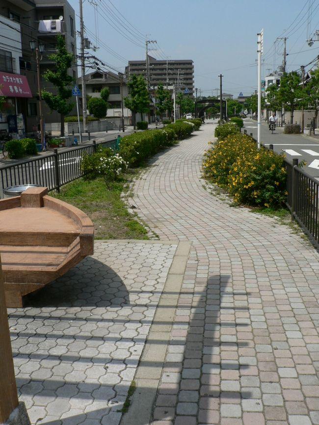 禁野火薬庫(きんやかやくこ)跡は、大阪府枚方市禁野本町にある。大村益次郎(おおむら ますじろう1824−1869年)の発案で建造され、1896年から火薬庫として使用されていた。1938年には、禁野火薬庫に隣接して陸軍造兵廠大阪工廠(りくぐんぞうへいしょうおおさかこうしょう)枚方製造所を開設、枚方の街は砲弾・火薬製造の一大拠点となった。だが火薬製造の街・枚方には悲しい歴史がある。1939年3月1日、砲弾解体中に引火し2日間29回にも及ぶ大爆発を起こしたのだ。弾丸の破片は半径2キロにわたって飛散し近隣の集落は破壊され火災を起こしたそうだ。「禁野火薬庫大爆発事故」は死者94人、負傷者602人、家屋の全半壊821戸、被災世帯4425世帯という大惨事だった。<br />1956年に禁野火薬庫跡地には中宮団地が造成され、当時の面影はわずかに火薬庫を囲んでいた土塁に残るだけだ。「禁野火薬庫大爆発事故」を記憶にとどめるものとしては、火薬庫に隣接し多数の犠牲者を出した陸軍造兵廠大阪工廠枚方製造所跡の小松製作所大阪工場に「枚方工廠爆発殉難者慰霊塔」が建てられ、消火活動等で亡くなった16名の「殉職記念碑」が枚方市立禁野保育所の敷地に建てられている。<br />また禁野火薬庫や枚方製造所への引き込み鉄道線だった軍用鉄道跡は「中宮平和ロード」と名付けられ、軍用電柱や陸軍用地を示す石柱が残されている。<br />枚方市は爆発が起こった3月1日を1989年に「枚方平和の日」に制定し「禁野火薬庫大爆発事故」は戦争の恐ろしさは他国からの爆撃だけではないこと、被害に苦しむのは常に一般住民であること、そして平和の大切さを訴え続けている。<br />(写真は軍用鉄道跡の「中宮平和ロード」)<br />
