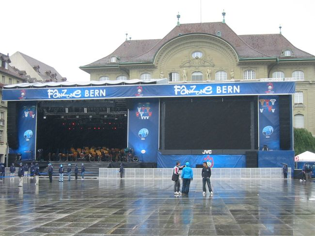 現在開催中の、サッカー欧州選手権(EURO2008)。<br /><br />サッカー試合の開催市の1つ、スイスの首都ベルンの風景です。<br /><br /><br />表紙の写真は、スイスの国会議事堂前広場で、バックの建物は、<br />あの「スイス銀行」です!<br /><br /><br />↓スイス情報満載です。<br />http://swiss.seesaa.net/