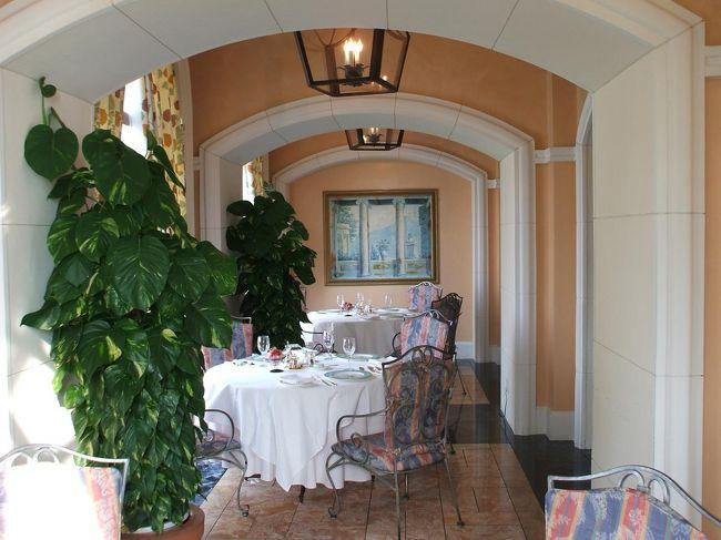 妻と2人でエクシブ琵琶湖に宿泊する時は、食事のパターンが定着してきた。夕食、朝食はエクシブのレストラン「コモ」でとり、チェックアウトの後は近くにある「彦根プリンスホテル」最上階にあるスカイレストラン「ビスタ」でランチをとる。エクシブ、プリンス共にレストランの雰囲気は抜群であるが、我々はいつも安い料理を注文する。参考までに、注文した料理は<br />夕食:ル シエル      3675円(税込・サ別)<br />朝食:コンチネンタル     840円(税込・サ別)<br />昼食:デリシャスランチ(魚)1600円(税サ込)<br />   デリシャスランチ(肉)2100円(税サ込)<br />写真:レストラン「コモ」<br /><br />私のホームページ『第二の人生を豊かに―ライター舟橋栄二のホームページ―』に旅行記多数あり。<br />http://www.e-funahashi.jp/<br /><br /><br /><br /><br /><br />