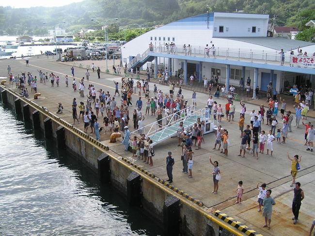 小笠原父島の、「おがさわら丸」出港時に毎回繰り広げられる派手なパフォーマンスです。小笠原旅行の最大のイベントです。