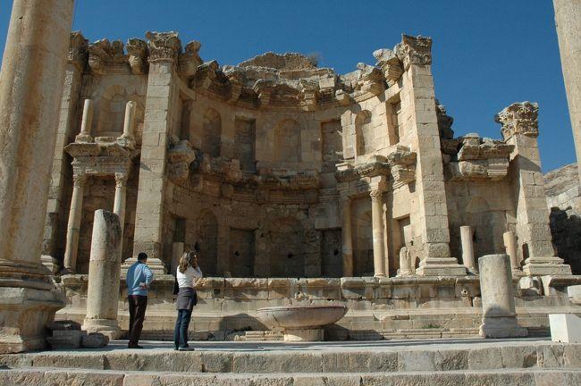 """ジェラシュは首都アンマンの北約50kmの位置にあり、<br />ローマ時代の町の面影をほぼ完全な形で残す数少ない遺跡です。<br />その壮大、華麗さで、ペトラに次ぐヨルダンの""""the sightseeing must""""とも言うべき場所です。<br /><br />ローマ軍が紀元前64年にジェラシュをローマの植民地にした後、<br />ダマスカス、ペラ、ウムカイスなどの10都市からなる<br />連合「デカポリス」のひとつに数えられました。<br />アカバやペトラ、東方の都市とも交易路がつながり、富が蓄積され、3世紀ごろにジェラシュは絶頂期を迎えた。<br />7世紀になってペルシャ軍が襲来し、636年にはイスラム軍が制圧。<br />8世紀には大地震により多くの建物が倒壊。<br />その後隊商の行き交う道は東に移り、ジェラシュは徐々に輝きを失い、人々から忘れ去られた廃墟となってしまいました。"""