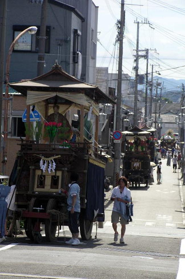7月24日、25日と和歌山県田辺市の旧市内では約400年続く『田辺祭』が催されています。<br />午前中は、神輿渡御と行って会津川を越えた江川漁港の御旅所に<br />神輿の行列が向かいます。<br />そして各町ごとに笠鉾が合流していきます。<br />御旅所での潮垢離などの神事をとり行いお昼ご飯!<br />そのあとは、また闘鶏神社まで町を笠鉾巡行ということで練り歩きます。<br /><br />24日は宵宮ですが、写真的にはこちらの方が面白いです。<br />特に夜9時半頃からの旧会津橋に8基の笠鉾が曳きそろえられる様は圧巻です!<br />去年は台湾のテレビCMにもとりあげられました。<br /><br />ただし、25日の本宮の旧会津橋では曳き別れがあります。<br />闘鶏神社で神事を終えた笠鉾は各町で曳き分かれていき、旧会津橋まで来るのは4基のみです。<br />が、幅の広い会津橋では笠鉾のダンスというか笠鉾がはねたり回ったりとみてておぉっと歓声を上げてしまうほどのパフォーマンスもあります。