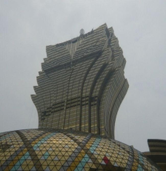 マカオのランドマーク、リスボアホテルの新館<br />なんとも凄い形、地震のないマカオならでは