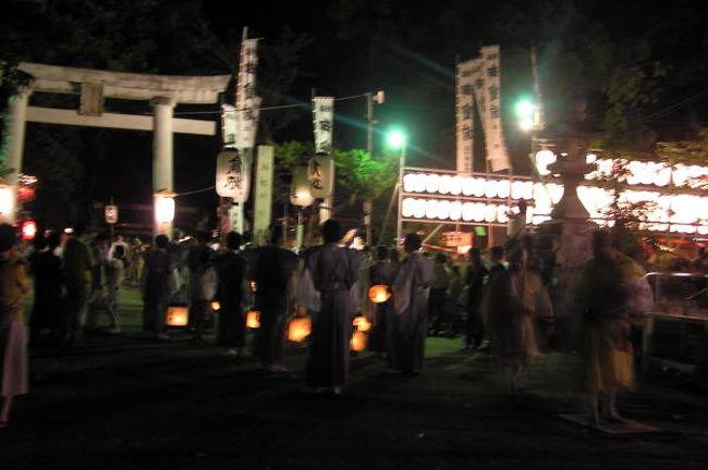 25日田辺祭の本宮で闘鶏神社では流鏑馬などの神事がありました。<br />つとめを終えた各町の笠鉾が各町に帰っていく、『曳き別れ』の行事を見に行ってきました。<br />最後の曳き別れ場所の会津橋に着いたのは、午後10時前!<br />でも、まだ笠鉾は1基も来ていない。<br />闘鶏神社まで徒歩で行く。<br />そしたらまだ笠鉾は出ていない。<br />少し待って笠鉾と一緒に歩いていく。<br />賑やかな囃子にのって...<br />各町々で曳き別れしていきます。<br />会津橋まで来たのは4基。<br />うち3基が笠鉾を車輪を軸にたててみたり、ぐるぐる回してみたりと...<br />見物客からは、おぉっと...<br />それに拍手!<br />曳き別れのクライマックスです。<br />最後に会津橋の上で2基だけで舞うかなっと、期待して他の見物客も待っていましたが、そのまま帰ってしまいました。<br />田辺祭は早朝に昼間も色々と神事がありますが、やはり見所は夜です。<br />