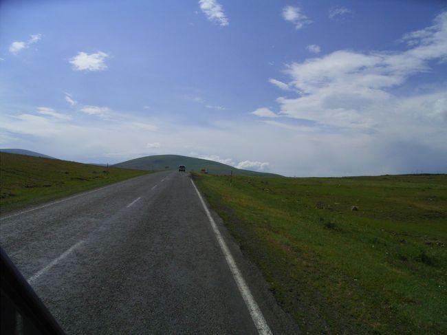 Turkey の東部国境地帯と<br />その Iran 側、Georgia 側の写真です。<br />トルコの東部国境は、政情不安定な地域がありますが、<br /> この時は問題ありませんでした。<br /> <br />イランからトルコへはアジア横断のルートで、<br />乾燥〜半乾燥、一部には雨の多い地方もあり、<br />風景に変化が多いところです。<br /> トルコ−イラン国境は、安全な地域です。<br />  <br />トルコからグルジアに入ると、<br /> 経済的な格差が目につきます。<br /> 政情不安が戦闘に至ったときもあり、注意を要します。