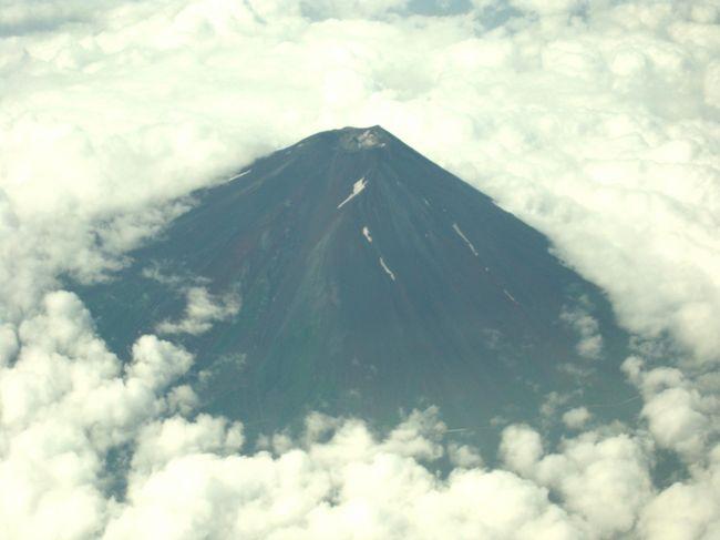この時期 空から富士山を見るのはなかなか難しく、羽田伊丹伊丹便のコースでは 冬に見える 八景島や江ノ島さえも確認できず<br />富士山は太平洋側からは良くても かすかにシルエット程度です。今回は羽田神戸ルートは 伊丹便とは違い 長野の上辺りを飛んでいくので 条件さえ良ければ左側窓側座席より見られます。今回は珍しく富士山を確認できましたが、空から見える富士山に関しては真っ黒で 綺麗には感じられません。 やはり雪のある富士山が綺麗に感じられます。しかし、周りは雲だらけですから富士山の上の部分以外には見えませんでした。