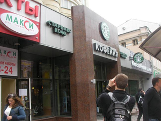 ★2日目(5月21日)<br /><br /> この日は活動的に朝がはじまる。朝食をしっかりとり、まずはJICモスクワ事務所に顔出し。そのあとイズマイロヴォ公園のそばにあるヴェルニサーシュ、アルバート通りに観光に出かける。どちらも私が留学していたときによく徘徊した思い出の場所だ。イズマイロヴォでのお土産の仕入れに満足し、意気揚々とアルバートへ。モスクワにもスターバックスコーヒーがついに進出した。現在市内に3軒あり、そのうちの一つがアルバート通りにあるのだ。目的は一つ。大人気で売り切れ続出と話題沸騰のマトリョーシカ版タンブラーを手に入れること。結果は残念、売り切れだ。またの機会に持ち越し。<br /><br /> 午後6時。JICモスクワのYさんと、その知人である日本企業の現地駐在員さんと合流。4人で「一番星」という日本食レストランで腹ごしらえ。アサヒビールで乾杯し、焼うどんに親子丼、カツ丼で舌鼓、つまみは枝豆。その日は売り切れていたけどスルメイカなんかもメニューにある。店内では平井堅などのJ-POPが流れており、日本にいるのと変わらない。時差ボケの影響か、食事中たまにまぶたを重くしながらも、今夜のために日本食でテンションをあげる。