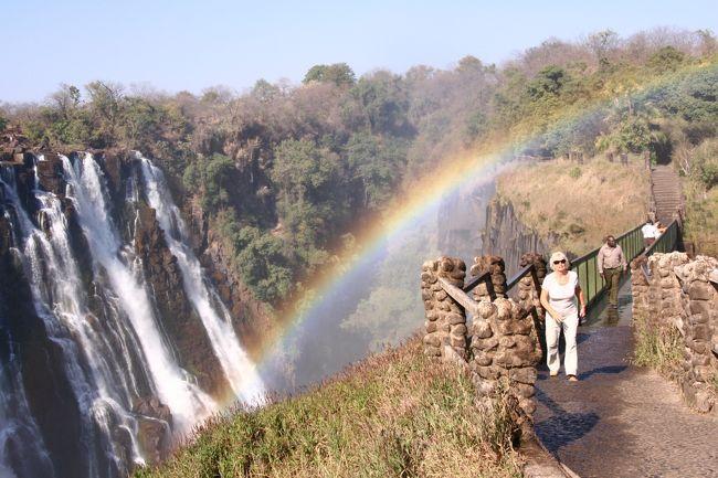 初めてのアフリカ大陸でまさかこんなに南の方に行くとは<br />思っていませんでした。<br />(最初はエジプトかな〜と思っていたので。)<br />でも奇跡の9連休が決まったときから<br />動物が見たいというのとナイアガラに続き、<br />世界三大あるいは四大瀑布を<br />制覇したい!というのを両方叶えてくれるなら<br />行くしかない!と思って決めちゃいました。<br /><br />☆去年のナイアガラはこちら<br />http://4travel.jp/traveler/tapioca/album/10186242/<br /><br />1日目 成田→香港→<br />2日目 →ヨハネスブルグ→ビクトリアフォールズ<br />3日目 チョベサファリ<br />4日目 ビクトリアフォールズ→ヨハネスブルグ→ケープタウン<br />5日目 ケープ半島<br />6日目 ケープタウン→ヨハネスブルグ→ホエドスプリット(クルーガー国立公園)<br />7日目 一日中サファリ <br />8日目 ホエドスプリット→ヨハネスブルグ→<br />9日目 →香港→成田<br /><br />@@@@@@@@@@@@@@@@@@@@@@@@@@@@<br /><br />この旅最初の観光は、ザンビア側からのビクトリアの滝!<br />宿はジンバブエ側なので早速の国境越えにワクワク<br />だったけど・・・<br />予定外の大出費!!ウッソー!!ナンデ〜<br />またあの本に裏切られました(爆)