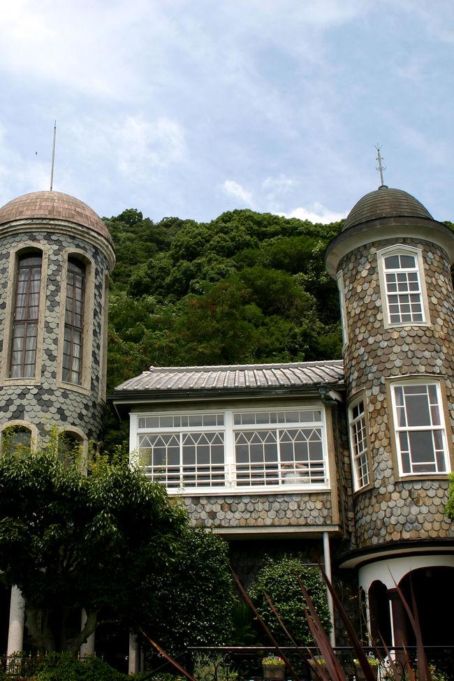10年ほど前にサクサクっと見学したきり、きちんと見たことがない神戸異人館。<br />近くにこんなに素晴らしい建築物&美術品があるのに<br />しっかり見ておかないと勿体無いっ!と思ったときから早1年。<br />そろそろ行かないと〜〜〜〜!!<br />ゆっくり見て回るので1泊2日で行きたいなとホテル選び。<br />神戸のホテルは結構行っていて、まだ行ってないのがメリケンパークオリエンタル。<br />今度こそこちらにお世話になろうかと思った矢先、ポートピアホテルのオーバルフロアはなかなかいいとの話を聞き、<br />以前は普通のフロアしか泊まってないので<br />どんな雰囲気なのかなぁとオーバルフロアに宿泊してきました。<br />・・・で、今回も念願のメリケンパークオリエンタルには泊まれず・・・<br />また、神戸に何らかの理由をつけてお泊りに出かけないと!<br /><br />続いて、神戸異人館めぐりの第2弾。<br />本家オランダ館とうろこの家、山手八番館のご紹介♪<br /><br />神戸異人館  http://www.ijinkan.net/<br /><br />