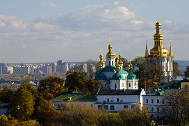 さて、問題。<br /><br />Q−「ボルシチ」「コサックダンス」といえば??どこの国??<br /><br />A− ロシア<br /><br />では、ありません!!<br />残念ながら、日本人の大多数がそう答えてしまうでしょう。ではいったいどこの国??<br /><br />正解は「ウクライナ」。<br /><br />ボルシチ(borsch)はスラブ語で「ビーツ(≒赤カブ)」の意味をもつ、ウクライナ発祥の伝統料理。そして、コサックダンスは、15世紀、キエフ大公国の士族を中心とした団(コサック)が、戦勝を祝う酒宴の席で、酔っ払って始めた踊りで、その後、農民の中で祝宴の踊りとして普及したものだ。<br /><br />ちなみに、「コサック」という言葉は、当時キエフ公国が貴族としての権利が認められなかったこともあり、「社会を離れた者」という意味のトルコ語から来たのだそうだ。んー、まさに日本社会でのウクライナの知名度としては「コサック」状態か・・・。<br /><br />そんなことではいけない!というわけで、今回はウクライナを紹介。<br /><br />先日、旅行会社社員を対象とした「FAMトリップ(海外の旅行会社からの招待旅行)」で、5月23日〜30日までの8日間ウクライナを初訪問。訪問地は、首都「キエフ」と黒海そばのリゾート地「ヤルタ」。仕事とはいえリゾート地と言われる場所にいけるのは楽しみだった。