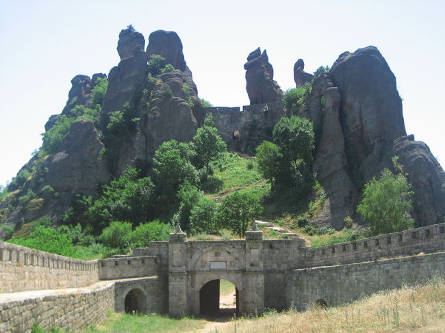 2008/07/07月 ベログラドチック日帰り<br />【宿泊:Hotel Jasmin(ソフィア・ヴィトシャ山中泊)】<br />・バルカン山脈を超えて、ブルガリアのメテオラといわれる北のベログラドチック要塞へ片道3時間<br />(ただしベログラドチックに僧院はなく、要塞の遺跡のみ。スペインのモンセラットにたとえられる奇岩がハイライト)<br />行きと帰りでルートを変えてもらい、各地でフォトストップ。<br /><br />ブルガリアのメテオラ。<br />そう呼ばれるのも納得できる奇岩に迎えられたベログラドチック要塞散策。<br />ガイドが所属する現地旅行代理店の創業から今年19年を迎える歴史でも、ベログラドチックに案内したのは初めてだそうです。<br />いいところに目をつけましたね、私@<br />要塞らしき人工の建築物はちょこっとしかありませんでした。<br />防衛目的の要塞なので、苦渋の歴史を呑み込んできたはずのところです。<br />しかし、その気配も残像も今は跡形もなく。<br />ミーハー観光客の私にとっては、むしろ、奇岩を見やすい見晴らしのよいルートを残してくれてありがとう、というかんじでした。<br /><br />「ベログラドチック(Belogradchik)<br /> ヴィディンの南約50kmにあるベログラドチックは、奇岩で知られるブルガリア有数の観光名所。周囲を美しい自然で囲まれており、トレッキングなどでも高い人気を誇っている。<br /> 町なかの最大の見どころは、ひときわ高くそびえるベログラドチック城塞。広い城塞内は、城壁と門がある程度で、建築物はほとんどないが、ここにはさまざまな形をした奇岩が数多く見られる。特に入って3つ目の門を越え、岩山を登っていくと、南側は町を一望でき、北側には奇岩が群のように連なる絶景が広がっている。」<br />(「地球の歩き方 07〜08年版」より)<br /><br />※ベログラドチックは英語でつづると「Belogrdchik」となります。ただし「d」は子音だけなのではっきり発音されず、音は呑み込まれてしまうようです。<br />英語版ウィキペディアではおそらくもう少し発音に近い「Belograchik」という「d」のないスペルでした。<br />私は「地球の歩き方」の標記「ベログラドチック」に慣れてしまったので、それで通すことにします。<br />ただし、ウィキペディアの私訳では英語のスペルにあわせて「ベログラチック」と書きます。