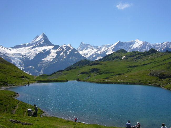 フィルストに到着後、コーヒーとクッキーの休憩タイム。<br />一息ついたあとは次の目的地バッハアルプゼーへ。<br />湖に映る山々を眺めながらランチするのが目的です。<br />最初の急な上りがとても辛くてこんなはずでは・・・と<br />自信を失いかけましたが疲れもたまっているからだと<br />ごまかして歩きました。その後は楽な道ばかりだったし・・・。<br />日頃は全く体を動かさないのでまぁ仕方ないでしょう。<br />バッハアルプゼーでは風があったので湖面に映る山々を見ると<br />いうのは叶いませんでしたが美しい風景を見ながらのランチは<br />最高でした。30分のランチ休憩のあとは再びフィルストへ。<br />ワルドシュピッツへ抜けるコースも行ってみたかったのですが<br />時間もまだ早かったのでどうしても行きたかったメンリッヒェンの<br />山頂へアタックするためグリンデルワルトへ戻ることにしました。<br />フィルスト⇔バッハアルプゼーの往復は休憩を含めてちょうど<br />2時間半。簡単なコースでたくさんの人が歩いていました。<br />バッハアルプゼーで休憩してその先のファウルホルンへ向かう人も<br />大勢いました。