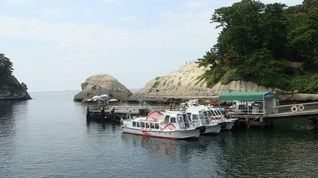 天然記念物「天窓洞」や三四郎島めぐりの遊覧船に乗ってきました。<br />待ち時間はほとんどなく、お客が集まれば随時運航するようで、最大10分余りで次の便が出る。<br /><br />写真は、遊覧船乗り場の風景で、手前に待機している鯛のペイントがしてある遊覧船に乗りました。<br />