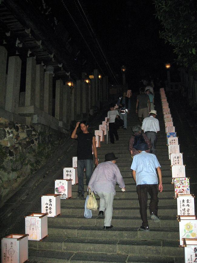 夏の夜ではなく中秋の名月の後,9月17日に開催される盆踊り(盆かなぁ)二月堂主催(?)です。<br /> 場所は三月堂と四月堂の間の広場、世界遺産の中でおどる盆踊り。来年は(も)是非来てください。<br /><br />残念なのは奈良でありながら、音頭・はやし?は河内音頭(大阪府)と江州音頭(滋賀県)お隣のです。<br /> 奈良にも有名な盆踊りほしいですね。いつまでも大仏頼みでは恥ずかしいですね。
