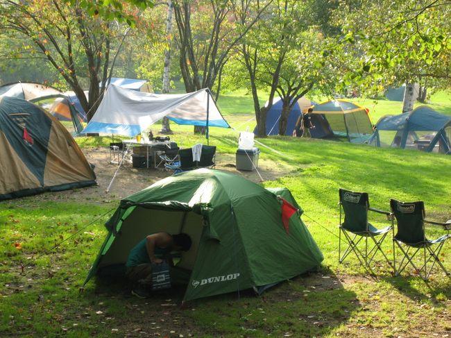 今回の旭川行きは旭岳の散策が目的。<br />キャンプ場を決める上で、旭岳に最も近いキャンプ場も考えたが、キタキツネが出没して食料を奪われたり、テントを破かれたりするという情報があったので、旭岳からそれほど遠くない旭川空港に近い東神楽町のキャンプ場に行くことに決定。<br />この東神楽森林公園キャンプ場は料金が200円/1人とリーズナブルで、日帰り利用可能な温泉施設の森のゆ花神楽(日帰り入浴600円)が隣接していて便利。<br />ファミリー層に人気があるようで、とても混雑していた。<br />旭川市内からも遠くなく、東神楽の市街地まで出ればコンビニもあるので便利な立地である。<br />トイレも非常に清潔で、温水便座だったのには感動した。<br />唯一の欠点はゴミが持ち帰りなこと。有料でもいいから収集してほしい。<br />私たちはコンビニ弁当で、アウトドアクッキングしないからそれほどゴミは出ないけど、ここでキャンプしている人たちのほとんどが自炊しているようだったので、ゴミの処理が不便そう。<br />大型テントのファミリー層が中心で、バイクツーリング組の利用は少ない。<br />公園自体が5時に閉まり入口に鍵がかけられるので、それ以降外出したい場合は車を外の駐車場に停める必要がある。