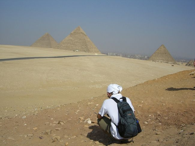 お遍路の合間をぬってのエジプト旅行。<br /><br />マキオさんが探してきたモニターツアー。旅行会社社員だと、一般料金より安価なんす。<br />いちおうボク、数週間前まで旅行会社社員だし♪<br />3食付、入場料、サーチャージなど込み込みで、一人あたり23万円也。<br />他、現地で使うお金は、<br />ランチ、ディナー時の飲み物・・・15LE~30LE/回<br />スーパーや売店で仕入れておく、水やコーラ・・・10LE/日<br />それから、お土産。<br /><br />ツアーなので、とってもラクチン。<br />ぼんやりしてても、目的地に連れてってくれるし、入場券も買ってくれるし<br />ツアーって、こんなに楽なんすねー。<br />でも、普通の街や人々との関わりが薄いのが寂しい。<br /><br />9/13 成田空港→カイロ <br />9/14 カイロ <br />9/15 カイロ→ルクソール <br />9/16 ルクソール→アスワン <br />9/17 アスワン→アブシンベル→アスワン→カイロ<br />9/18 →カイロ<br />9/19 カイロ→成田空港<br /><br />--------------------------------------------------<br />9/13<br />15:30 成田空港発<br />23:00 カイロ空港(14時間半は長かったあ)<br />25:00 オアシスホテル(ギザの先)<br /><br />9/14<br />06:00 起床<br />07:30 ホテル出発<br />08:30 ダハシュール(赤のピラミッド、屈折ピラミッド)<br />      ※滞在30分<br />09:30 メンフィス<br />      ※滞在30分<br />10:20 サッカラ(階段ピラミッド)<br />      ※滞在30分<br />11:05 カーペットスクール(トイレ)<br />      ※滞在30分<br />12:00 レストラン(昼食)<br />      ※滞在50分<br />13:05 ギザ(3大ピラミッド、スフィンクス)<br />      ※滞在2時間<br />16:30 ホテル帰着<br />17:00 プール(至福のとき)<br />19:30 ディナー(バイキング)<br />~光と音のショーは、不参加~<br />※予約しなくてよかった♪(睡眠時間を削ることになるので)<br />20:45 就寝<br />--------------------------------------------------<br /><br />