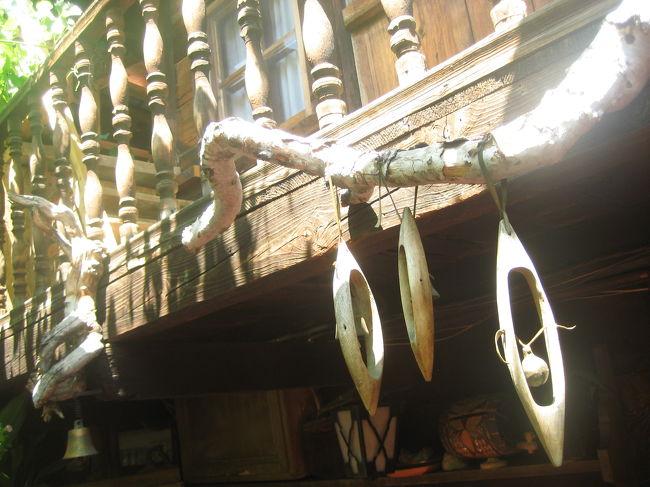 2008/07/09水 バンスコとピリン国立公園<br />【宿泊:Hotel Sema(バンスコ泊)】<br />・ババ・ヴァンガ教会見学(ルピテ村の聖ペトカ教会)<br />(最近聖人に列せられた、幼い頃に盲目となったが、国の未来を予言したり人の病気を治したり等、数々の奇跡を起こしたお婆さんゆかりの教会)<br />・バンスコ散策<br />  聖トロイツァ教会<br />  ネオフィット・リルスキー博物館<br />・ピリン国立公園(世界遺産)ヴィフレン山や樹齢1300年の木を訪問<br />・バンスコ散策<br /> パイシー・ヒレンダルスキー像のある広場からニコラ・バルツァロフ広場まで(一人で散策)<br /><br />街歩きそのものが観光ハイライトというところでは、ガイドと一緒だとちょっと窮屈だと分かりました(苦笑)。<br />といっても、方向音痴の私には、見どころをオリエンテーションしてもらうのはとても有意義です。<br />だから、ガイドに案内してもらったものの、あとでまた1人で、バンスコの街を散策し、好きなだけ写真撮影に費やしました。<br />この旅行記では、ガイドと回ったときの最初のバンスコ散策の写真を集めました。<br /><br />実はバンスコは、「地球の歩き方」('07〜'08年版)には、ブラゴエフグラッドからのエクスカーションの欄でしか紹介されていなかったので、立案当初はあまり注目していませんでした。<br />今回の旅行の前半の立案中、現地旅行会社の担当者に、「メルニックに行った後、プロヴディフへ移動する」というルートを希望したとき、その途上にあるお薦めの町として担当者が提案したのは、はじめはサンダンスキでした。<br />ただし、温泉に入る時間が半日も割かれていました。<br />サンダンスキはヨーロッパに珍しく、ちゃんとお湯に浸かる温泉がある温泉町なのです。<br />でも、私はそんなに温泉好きではありません。<br />少なくとも、わざわざブルガリアで、海外観光の貴重な時間を削ってまで温泉に入りたいとは思えませんでした。<br />それよりも、写真を撮りたくなるような町歩き、それから教会と博物館めぐりの方が断然いい!<br />そう告げてサンダンスキの温泉案を却下したところ、その私の好みを汲んで、代わりに提案されたのが、バンスコでした。<br /><br />もっとも、バンスコで訪れた博物館と教会は一つずつっきりでした。<br />あとは、ブルガリアの民族復興時代様式の建物を保存した、散歩しがいのあるエリアの散策です。<br />しかし、バンスコは小さな町です。<br />これだけでは午後半日、ガイドも時間をもて余しそうになったのでしょう。<br />世界遺産のピリン国立公園にドライブするのはどうか、と提案してくれました。<br />予定していなかったところですが、「世界遺産」というキーワードがやはり決め手になりましたね。<br />「世界遺産」にそうこだわるわけではありませんが、話のタネに、どんなところかぜひ行ってみたいと思ってしまいますから。<br /><br />バンスコでは、あともう一つくらい博物館に入ってもよかったと後から思いました。Lonely Planetでは、博物館は3つ4つ紹介されているのです。<br />そのうちの一つ、ブルガリアの文豪兼革命家であるニコラ・ヴァプツァロフ(Nikola Vaptsarov)の博物館は、町の中心の広場に面したところにありました。<br />あのときは、読めないブルガリア語の自筆の原稿とか、知らない人の身の回りの品などを見ても、あんまり面白くないだろうと思ってスルーしてしまいました。<br />後でLonely Planetをひっくり返してみたら、いわゆる文学者の博物館というよりは、民族復興時代様式の中身がみられるハウス・ミュージーアムだったようです。<br />それなら興味あったのに……!<br />ハウス・ミュージーアムなら見学にもそう時間がかからないので、その後でピリン国立公園に出かけるのでも、十分間にあったでしょう。<br />もったいないことをしました!<br /><br />「バンスコ<br /> ピリン山脈の最高峰ヴィフレン山(2914m)の麓のバンスコは、世界自然遺産にも登録されているピリン国立公園への起点となる町。最近では、スキー&山岳リゾートとしての開発も進んでいる注目のエリアだ。<br />(中略)<br /> バンスコはもともと工芸品やタバコ産業の町として発展してきた。最も華やかだったのは18〜19世紀で、タバコ、ワイン、織物などの行商はこの町からエーゲ海沿いの国々やウィーン、ブダペストまでも足を延ばしていたと