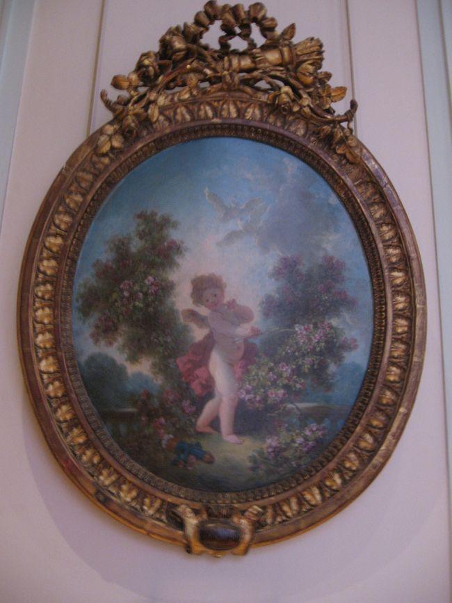 今回訪れたパリ市立美術館、三番目はロココの香り溢れるコニャック・ジェイ美術館です。<br /><br />16世紀から18世紀の建物が今尚残るマレ地区。<br />その建物を利用した美術館、博物館がマレ地区に点在しています。<br />カルナヴァレ(パリ歴史)博物館<br />ピカソ美術館(サレ館)<br />ヴィクトル・ユーゴー記念館(ヴォージュ広場)<br />狩猟博物館(ゲネゴー館)<br />フランス歴史博物館(スービーズ館)<br />国立古文書館(スービーズ館)<br />フォルネイ図書館(サンス館・・・現存するパリで最も古い15世紀の館)<br />パリ市資料館(ラモワニョン館)<br />錠前博物館<br />シュリー館<br />人形博物館<br /><br />ひとつひとつ挙げていったら数えられないくらい。<br /><br />その中のひとつに「コニャック・ジェイ美術館(Musee Cognaq-Jay)」があります。<br />百貨店サマリテーヌの創設者エルネスト・コニャックとその妻マリー=ルイーズ・ジェイが収集したコレクション。<br />16世紀に建設されたドノン館にその美しいコレクションが集められ、コニャック亡き後パリ市に寄贈され、パリ市立美術館として公開されています。<br />当時は印象派の全盛時代。当初はルノワールやモネなど印象派の絵画を集めていたようですが、友人の美術商の勧めにより、18世紀ロココの時代の美術品、調度品に興味を持つようになったそうです。<br />美術館は18世紀の貴族の暮らしぶりを思わせる優美なコレクションであふれています。<br /><br />ヴェルサイユやフォンテーヌブローの宮殿まで行く時間のない方、コニャック・ジェイ美術館でプチ・ロココを味わってみてはいかがでしょうか? それも無料で♪<br /><br />☆コニャック・ジェイ美術館<br /> 8, rue Elzevir 75003 Paris<br /><br />アクセス  メトロ≪サン・ポール≫駅<br />         ≪ランビュトー≫駅<br />開館時間  10時から18時<br />休館日   月曜 祝日<br />入館料   無料<br />写真撮影  可(フラッシュ不可) <br /><br /><br />★写真は愛らしくて気に入ってしまったフラゴナールの『アムール』<br /><br /><br /><br /><br /><br />