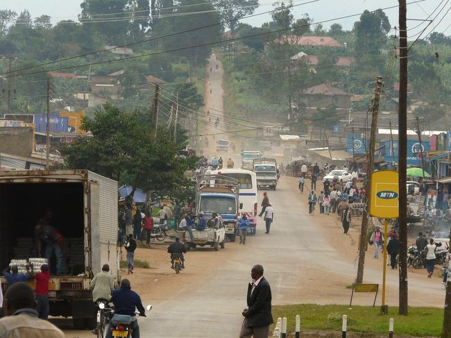 ウガンダに来ています。<br /><br /><br />短い旅なので行けるところも限られますが、そんな中で今日は西部の町・フォートポータルに行ってきます。<br /><br /><br />フォートポータルの町は、カンパラからケニアやルワンダへ向かう幹線ルートから外れ、すぐ西は渡航が困難な旧ザイール東部という、とても行き止まり感あふれるところにあります。<br /><br />今回の旅でフォートポータルを訪れるのも、そんなウガンダの西の終点みたいな町を見てみたかったからです。