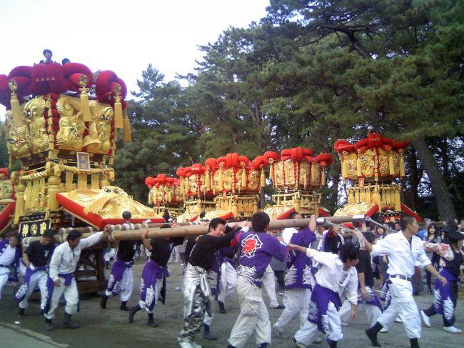 1日目:ちょうさパレード<br /><br /> 今回は四国・香川へお祭りを見に行きます。<br /> 「さぬき豊浜ちょうさ祭」というお祭りです。<br /> ルーツは京都・祇園祭とのこと。<br /> ちょうさ、とはいったいなんぞや・・・。<br /><br /> 大阪から車で明石海峡大橋〜淡路島〜鳴門大橋〜高松道を走ります。<br /><br /> 途中、津田の松原SAでうどんをいただきます。<br /> SAにセルフうどんやがあります。<br /> 味もおいしいです!<br /><br /> 午後3時ごろに大野原ICを出て、観音寺市豊浜に到着。<br /> 臨時駐車場に車を止め、歩いて見に行きます。<br /> まずは、豊浜八幡神社へ。<br /><br /> 八幡さんにはすでに各町内、22台ものちょうさが集まっています。<br /> <br /> 「ちょうさ」とは、太鼓台のことを呼びます。<br /> 太鼓台とは、まさしく太鼓が乗っている台のことで、下には取り外しできる車が付いています。<br /> 豪華絢爛な金糸の刺繍を施した「ふとん」や赤いトンボなどでかざられており、重量は2トン!<br /> 祇園祭の山鉾のように、縄で組み上げられています。<br /><br /> 私たちが着いたころは、八幡さんから和田お祭り広場までちょうさパレードが始まりました。<br /> 一台ずつ八幡さんを出発し、お祭り広場までの約1時間のコースを22台のちょうさが練り歩きます。<br /> 下に車が付いていて、打ち鳴らす太鼓の音に合わせて掛け声をかけながら、主に男性がちょうさを引いて進みます。子どもたちもお揃いのはっぴを着て、ちょうさの後をついていきます。<br /><br /> 実り豊かな田園風景の中を、赤と金色がまぶしいちょうさが進んでいきます。<br /><br /> 約2時間かけてすべてのちょうさがお祭り広場に集合し、ちょうさには提灯が付けられていきます。<br /> <br /> ちょうど私たちはそこでお祭り広場を後にし、豊浜町内にある親戚のおうちへお邪魔しました。<br /><br /> みんなで晩ごはんをいただきながら宴会をしていた午後7時半頃・・・。<br /> 遠くから太鼓と掛け声が聞こえてきます。<br /> ちょうさだ!<br /> お祭り広場を出て、それぞれの町内へちょうさが帰っていくのです。<br /> ちょうど、お邪魔した親戚宅はそのちょうさの通り道でした。<br /> 何台ものちょうさがうちの前を通っていきます。<br /> 提灯の明かりに照らされ、暗い夜空に、赤と金がとってもきれいに浮かび上がっています。<br /> 軒先に腰掛けながら、町内にちょうさが帰っていくのを観ることができたのは、なんともいえない贅沢でした。<br /><br /> ちょうさが帰っていくのを見届け、ビールもたくさんいただいた後、私たちは宿に向かいました。<br /><br /> 今日のお宿は豊浜町コミュニティセンター「海の家」です。<br /> ここはちょうさ祭りにはもってこいのお宿!<br /> 詳しくはまた明日・・・。<br />