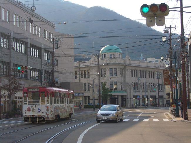 何やかんやと多忙を極める小生にとって函館訪問は8年ぶり<br /><br /><br />たった8年と言う勿れ。<br />雑然とした函館駅前は整備されビジネスホテルが林立する近代的で何処にでも在る様な風景へと変貌してしまいました。<br /><br /><br />表紙の写真は函館十字街から函館山を仰ぎ見た風景。