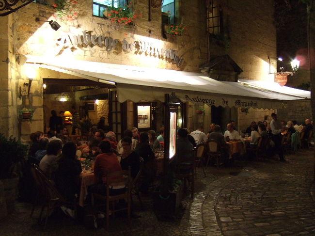 """2008/08/22~8/31:3日目(8/24)太平の眠りを覚ます街""""サルラ""""<br />ブリーヴのモーテルにチェックインすると、休む間もなくサルラ<br />(Sarlat)を目指す。<br /><br />ここは中世・ルネッサンス期~17世紀頃までの街並みが、実に<br />コンパクトに凝集される。街全体がそのまま歴史博物館<br />元々は無名の街だった。しかし1962年に文科相マルローの<br />""""旧市街修復保護法""""第1号が適用されると見事に生まれ変わった。<br /><br />フォアグラにトリュフ。高級食材が名産のぺリゴール地方の中心都市。<br />安くて美味しい、雰囲気抜群のレストランが至る所に点在し目移りする。<br /><br />アクセスは不便。日本のガイドブックにも僅かに紹介される程度<br />だが超穴場。知る人ぞ知る大人気の観光地!"""