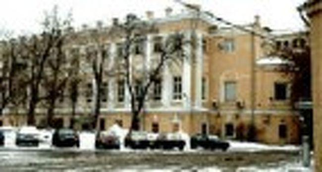 実は私、7月末に突然入院しました。なぜなら、小指に「ひょうそ」が現れて痛みがひどくて寝られず、病院で診察を受けたら、手術を受けるしかないと言われたからです。<br /><br /> 入院したのは、モスクワ市立第6病院でした。場所はモスクワの中心地でもはずれでもなく、ノーヴァヤ(新しい)・バスマンナヤ通りとスターラヤ(古い)・バスマンナヤ通りの間に位置していました。この二つの通りが交差するところにラズグリャイ広場という広場があります。<br /><br />日本語に訳すと「遊ぼう!」広場となるのですが、なぜこのような名前が付いているかというと、昔ここに「遊ぼう!」という居酒屋があったからだそうです。ちなみに、トルストイの有名な小説「戦争と平和」の中にも一度、この広場のことが書かれています。でも入院するのであって、「遊ぼう!」なんてとんでもない、むしろ入院したら退院まで病院を出られない状態でした。<br />