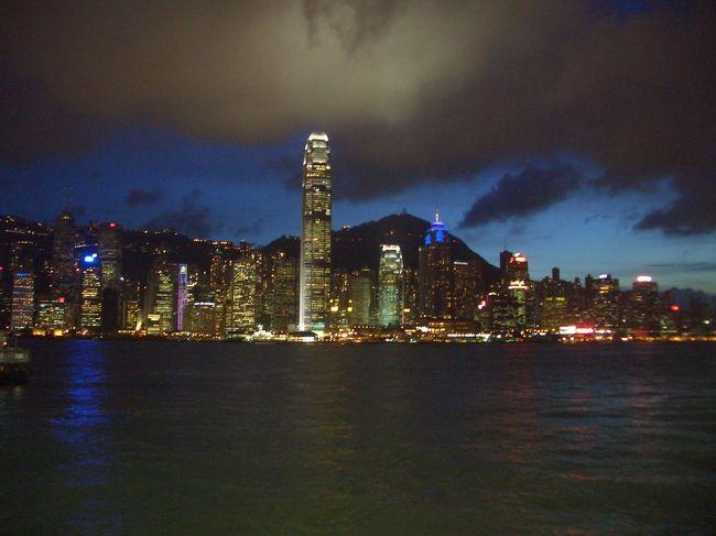 ちょっとした休みができたので香港へ行ってきました。<br />なぜ香港かって?それは特に理由はなく、<br />オイルサーチャージが高騰するこのご時世、<br />ダントツに安価なキャセイパシフィック航空を利用し、<br />手軽に楽しめることを第一に考え香港に行くことを決めました。<br /><br /><br />1日目:<br />午後発 成田→香港 夜着<br /><br />2日目:<br />市内観光(ビクトリアピーク、デッカーバスで市内巡り、お寺拝観)<br /><br />3日目:<br />香港島ショッピング、ペニンシュラホテルアフタヌーンティー、エステマッサージ<br /><br />4日目:<br />市内散策後、香港→成田 夜着<br /><br />グルメ、ショッピング、マッサージ。<br />正に女の至福を肥す旅になりました。