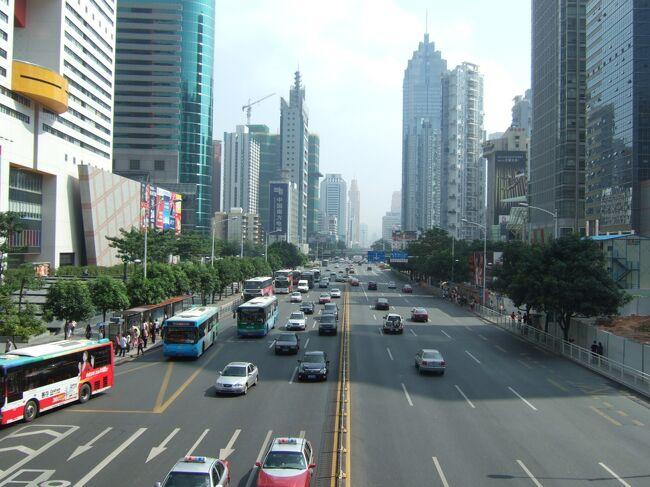 懐化から181元の寝台バスで6:30に深圳の観瀾バスターミナルに到着した。しかし観瀾は経済特区から遠く離れた何もないところ。羅湖までタクシーで100元以上かかるというので、直感を頼りにバスに乗った。バスは経済特区外をぐるぐると周っているだけのようだったので、とりあえず龍崗という場所に下車。幾人か声をかけてきた自転車タクシーに「羅湖」という字を見せて乗り込むと、深圳駅行きのバス乗り場まで行ってくれ、バスで1時間かけて9:40に羅湖に無事到着、部屋をとってやっと就寝した。<br />