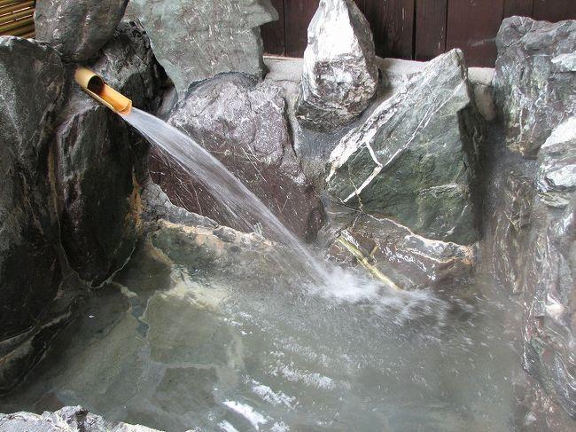 今夏に入院していた母が9月に退院して元気になったので気分転換しに越後湯沢の温泉に2泊3日で行ってきました。<br />このホテルにしたのは4トラベラーの「D&Tさんの旅行記」を見たからです。<br />温泉も食事も良くてD&Tさんに感謝です。<br />「石打ユングパルナス」は<br />洋室にはありませんが、和室には全ての部屋に露天風呂が付いてます。<br />自分でお湯をはらなければなりませんでしたので1回だけ入りましたが、やっぱり、いつでも直ぐ入れる大露天風呂に滞在中5回も入りました。<br />色々な薬草が入ってる「薬湯」が母も私も一番気に入りました。<br />御馳走を食べて出っ張ったお腹を塩サウナでマッサージしたり、肩こりなので打たせ湯したり、ジェットバスの温泉三昧してきました。<br /><br />日帰り入浴のお客さんもいて、何時行っても人がお風呂に人がいたので大露天風呂の写真は撮れませんでした。<br />D&Tさんの旅行記にはUPしてありますよ〜。<br />http://4travel.jp/traveler/belong2-tamitami/album/10166066/<br /><br />石打ユングパルナス:http://www4.ocn.ne.jp/~yung/