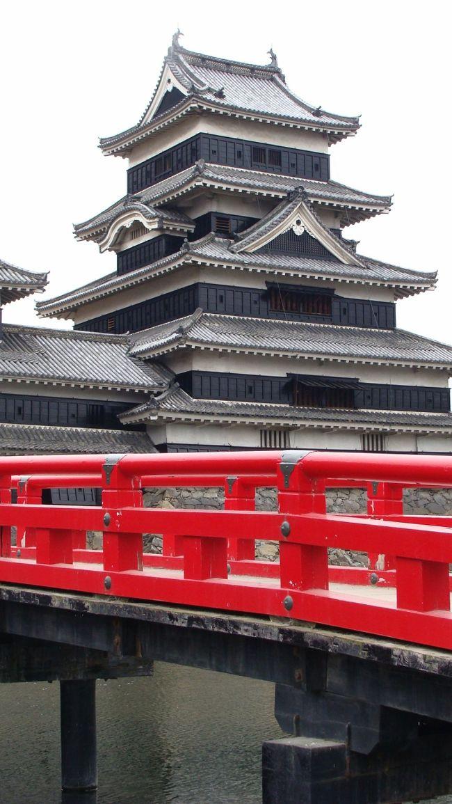 丁度、もみじの紅葉の時期と思って行ったのですが、少しだけ早すぎた感じがしました。<br />大阪からの帰り道でなければ、4〜5日遅らせた方が良かったかも知れません。<br />松本城に上がったのは、何年振りか・・・階段の厳しさが辛い歳になりました。