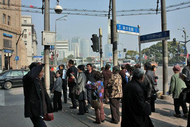 市内観光ルートの最後は南京東路を外灘から人民広場まで約1.6kmを歩きます。<br />観光の方は人民広場から外灘(東)へ歩かれるケースが多いでしょうが、本来南京路は外灘から西に向かってだんだんと延長された道路です。番地も上海市のルールに従い外灘からだんだん大きくなった行きます。<br />1908年には上海ではじめての市街電車が走った繁華街で、今でも1日に100万人の人が訪れると言われており、上海観光では切り離せない場所の一つです。<br /><br />徒歩の目安に写真の撮影時刻を記載します。<br />11:22にスタート。<br /><br />初めての方は「秋色上海−haichaoluの上海市内観光ルート(1)」よりご覧下さい。<br />大きな写真はhaichaoluのメインブログでもご覧頂けます。<br />→http://haichaolu2008.blog71.fc2.com/<br /><br />また、ご質問やご要望があれば「メールボックス」までご遠慮なくコメントをお寄せください。